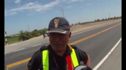 VIDEO: Policía pide coima a motociclista español en plena carretera