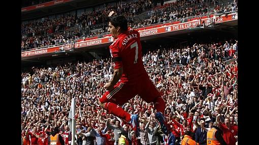 Luis Suárez selló con gol de media cancha triplete con el Liverpool