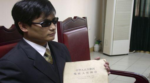 Disidente ciego chino abandonó embajada de EE.UU. tras llegar a acuerdo
