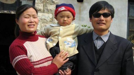 China: disidente quiere irse del país por temor a golpiza contra su esposa