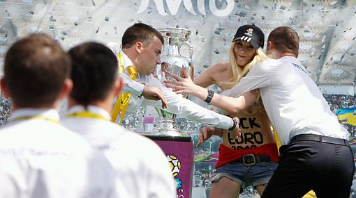 Feminista ucraniana se desnudó frente a trofeo de la Eurocopa