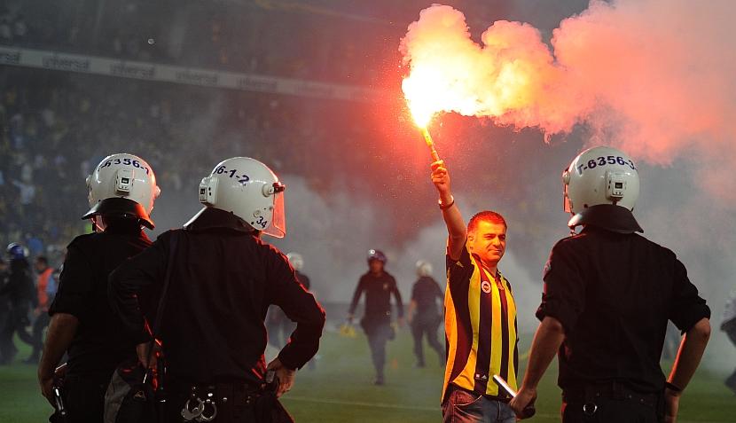FOTOS: hinchas del Fenerbahce destrozan estadio luego de título del Galatasaray