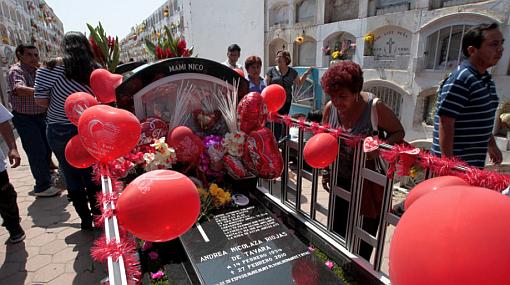 Limeños visitan cementerios para rendir homenaje a sus madres ausentes