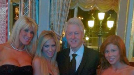 Bill Clinton posó con dos actrices del cine porno en un casino