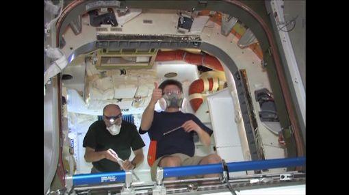 Astronautas de la EEI entran a la cápsula Dragon
