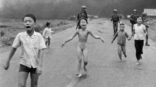 Famosa foto de niña quemada por napalm en guerra de Vietnam cumple 40 años