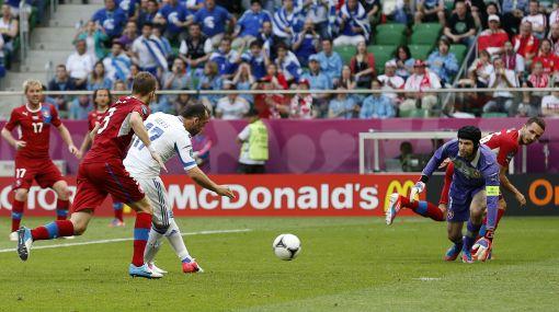 Petr Cech y su mal partido ante Grecia