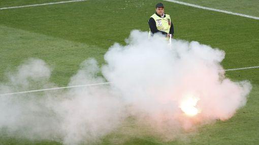 UEFA castigó con 25.000 euros a Croacia por lanzamiento de bengalas