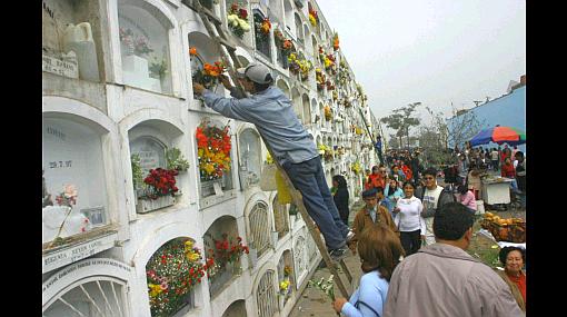 Limeños visitan cementerios para rendir homenaje a sus padres ausentes