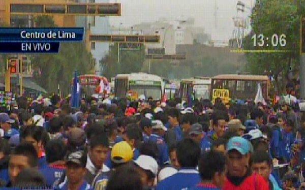 Trabajadores de La Parada se concentran en la Av. Abancay