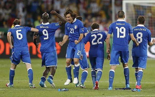 Italia, de casi no jugar la Eurocopa 2012 a la final del certamen