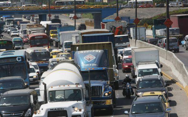Negocian restricción del horario de tránsito para camiones de carga