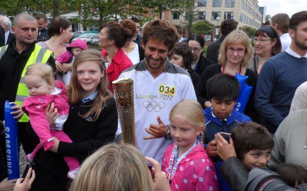 Tablista peruano Gabriel Villarán llevó la antorcha olímpica por calles inglesas