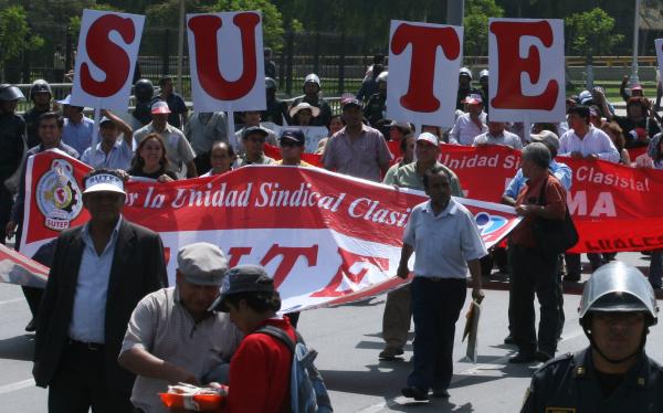 Maestros del Sutep y del Conare se enfrentaron en el centro de Lima