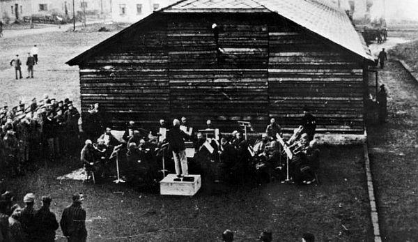 Auschwitz, música y represión: ¿qué se escuchaba en el campo de concentración?