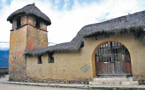 Marcapata y una iglesia camino a la selva