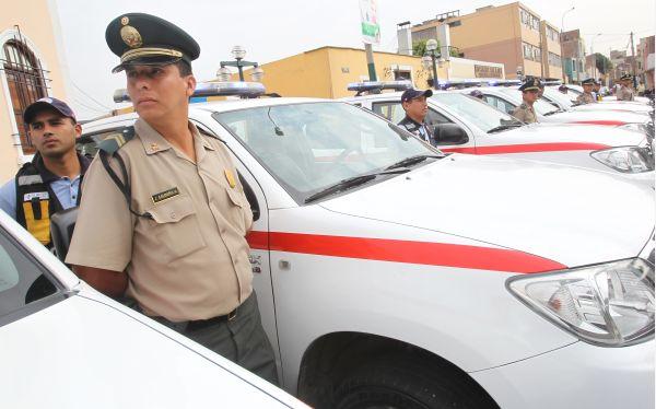 """Ministro del Interior advirtió a comisarios que """"no tolerará"""" excesos contra civiles"""