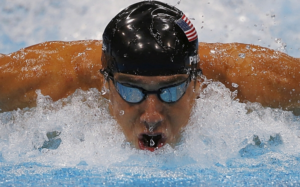 Michael Phelps recibió el trofeo de mejor nadador olímpico de la historia
