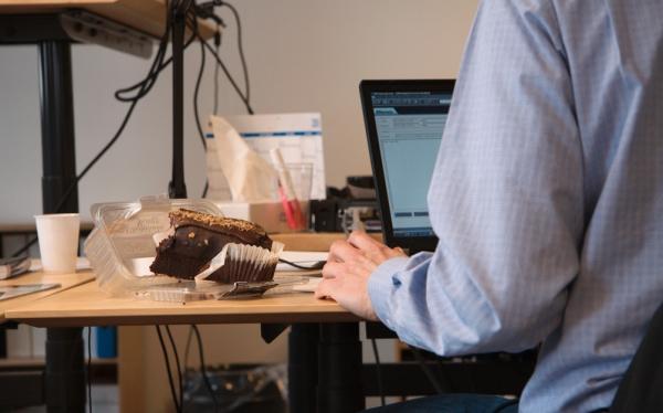Conoce los peligros de comer frente a la computadora