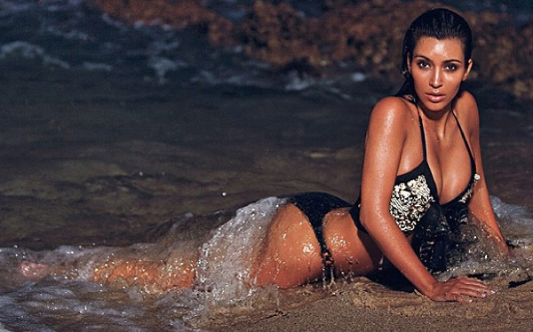 Kim Kardashian deslumbra con fotos nocturnas en la playa