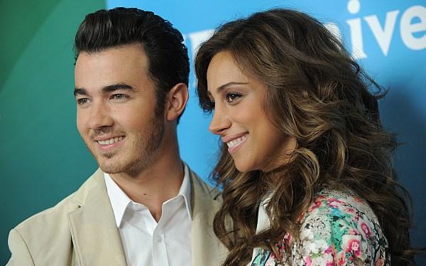 Kevin Jonas y su bella esposa estrenan programa en E!