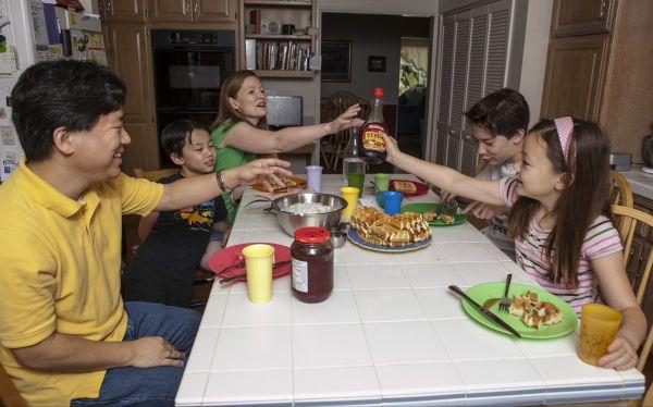 Una familia pasa sus días como si viviera en Marte