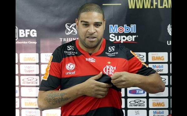 Por una fiesta en favela, Adriano faltó a prácticas del Flamengo y protagonizó un accidente
