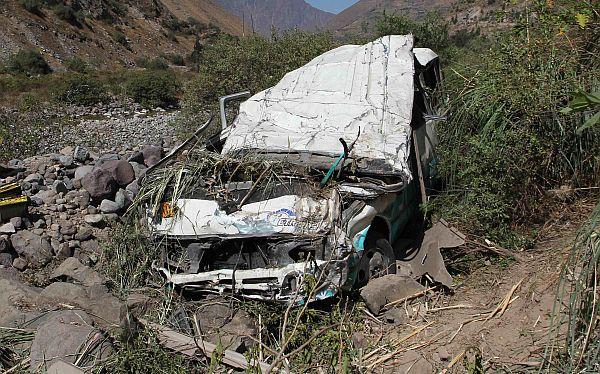 Ayacucho: cuatro trabajadores municipales murieron en caída de combi a abismo