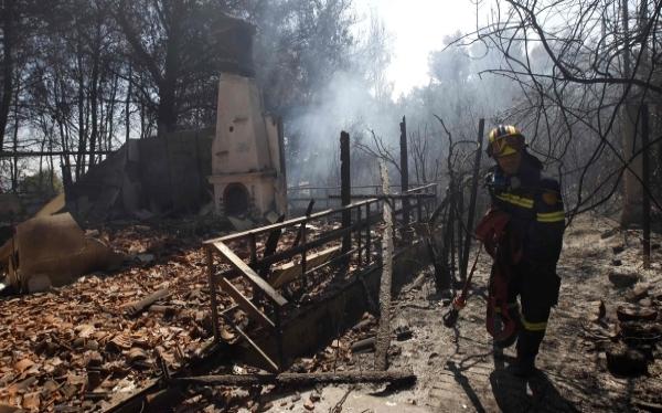 Incendio forestal devora un bosque de la periferia de Atenas