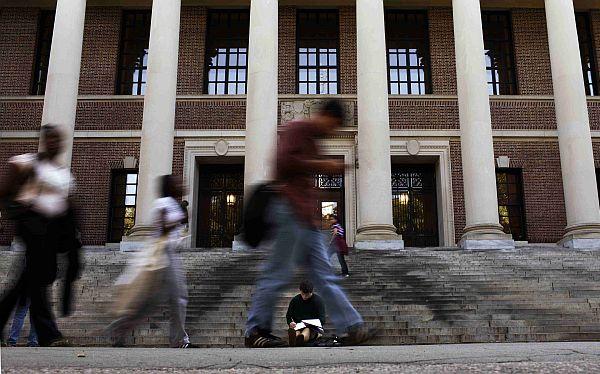 Investigarán a 125 estudiantes de Harvard por copiar en un examen final