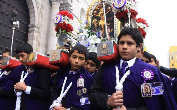 Hermandad Infantil paseó andas del Señor de los Milagros por el centro de Lima