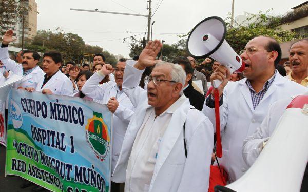 """Decano del Colegio Médico: """"Huelga de Essalud terminará el jueves a más tardar"""""""