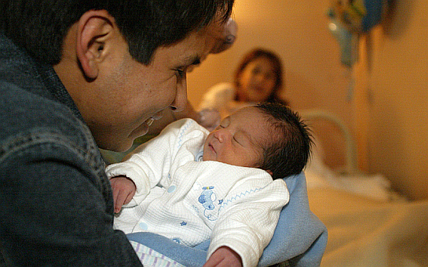 Ministerio de la Mujer evalúa ampliar licencia por paternidad