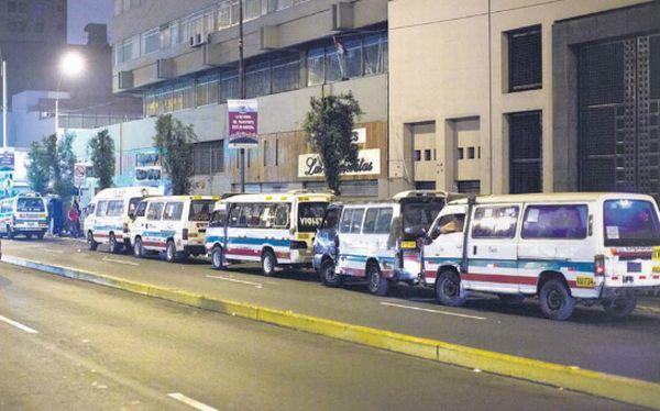 Combis piratas aprovechan la noche para llenar las calles del Cercado de Lima