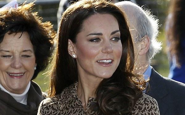 Diario irlandés también publicó fotos de la princesa Catalina en 'topless'