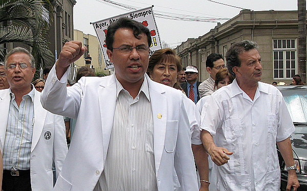 Gobierno autoriza contratación de médicos para suplir a huelguistas