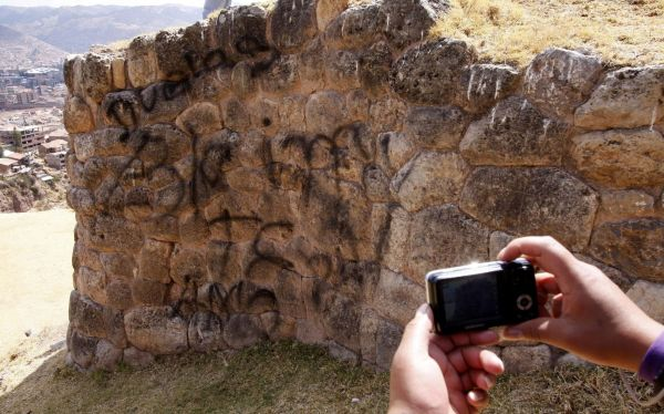 """Muro inca del Cusco fue dañado con esta pinta: """"Gimena, te amo. De Luis"""""""