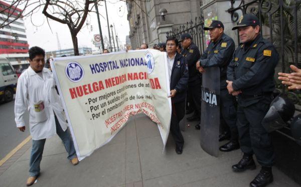 Minsa descontará sueldos a médicos que acatan huelga indefinida