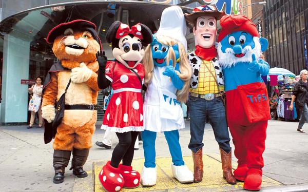 Nueva York: peruanos se ganan la vida disfrazados de muñecos en Times Square