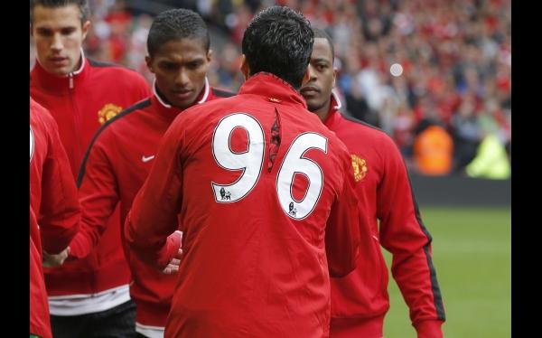 Suárez y Evra se dieron la mano en el Liverpool-Manchester United