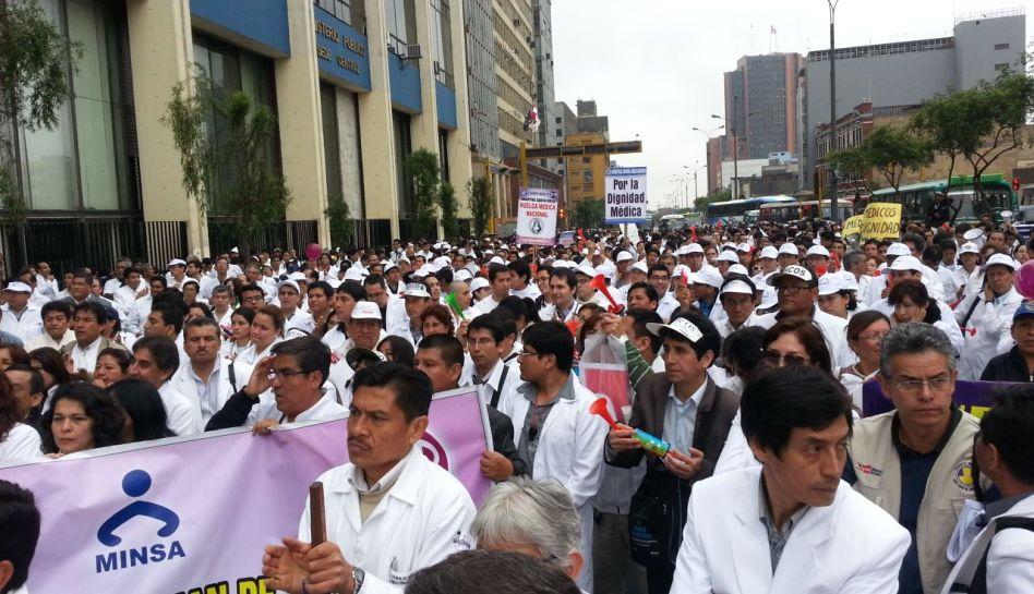 Médicos del Minsa evalúan deponer huelga tras reunión en el Congreso