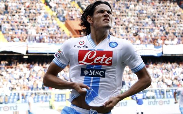Napoli venció 1-0 a Sampdoria con gol de Cavani y alcanzó al líder Juventus