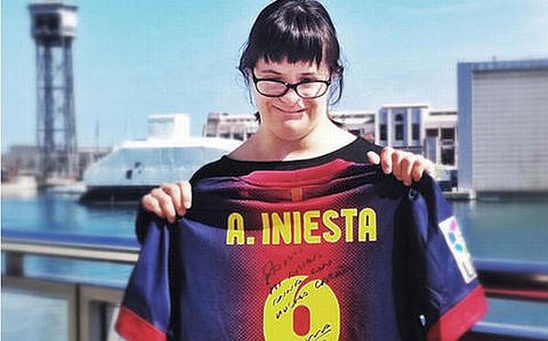 Gesto de crack: Iniesta regaló su camiseta firmada a joven con síndrome de down