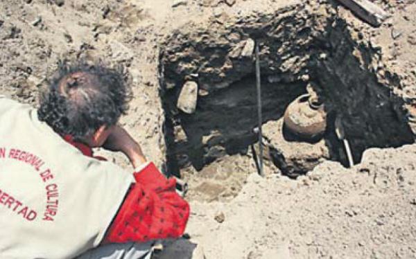 Albañiles que alistaban cimientos de casa hallan siete vasijas chimúes