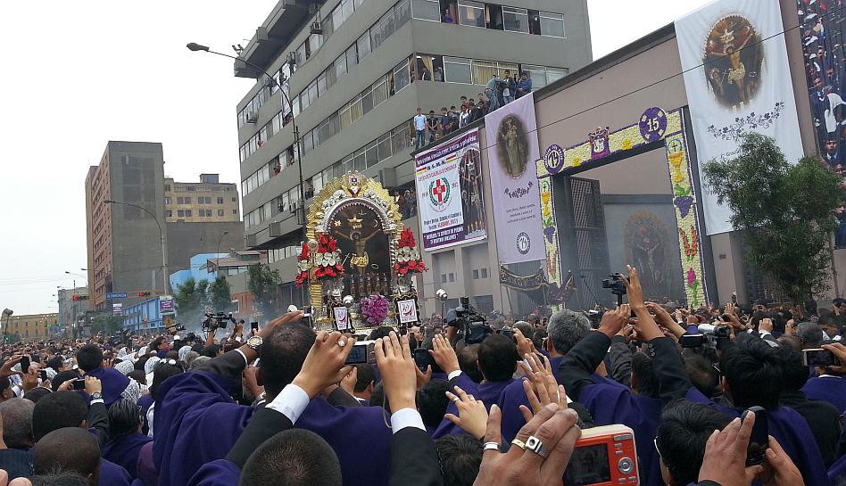 FOTOS: el centro de Lima se pintó de morado por procesión del Señor de los Milagros