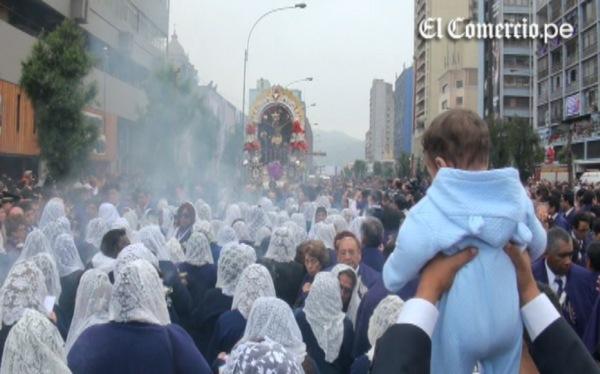 Señor de los Milagros es seguido por una multitud en su primera procesión