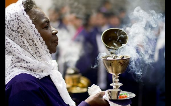 Fieles del Señor de los Milagros le rinden culto en feriado largo