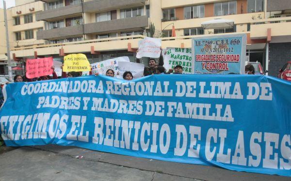Padres de familia exigen separación de docentes que insisten en huelga
