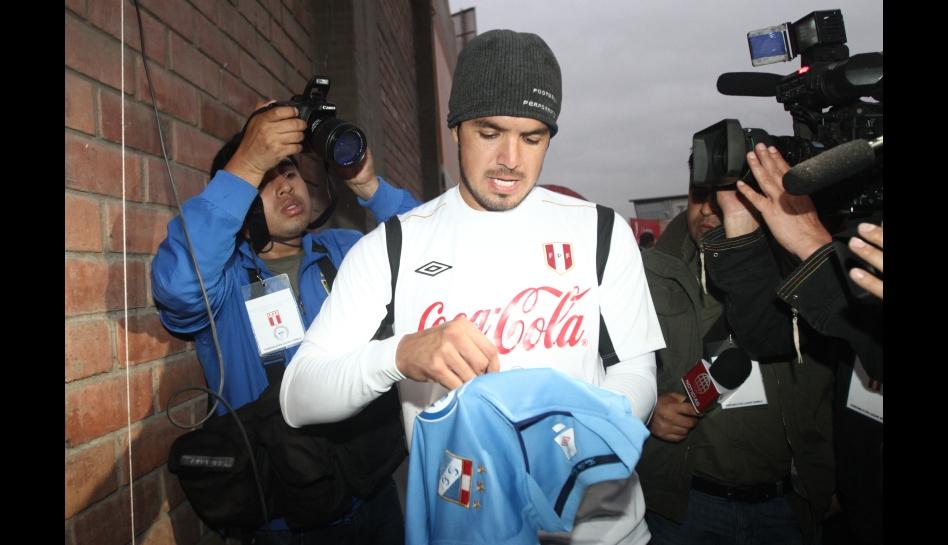 FOTOS: el 'Loco' Vargas firmó hasta camisetas de Sporting Cristal en los entrenamientos de Perú