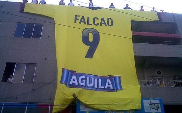 Hinchas sorprenden a Radamel Falcao con una camiseta gigante